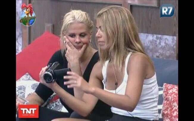 Monique teve dificuldades para entender os mecanismos da câmera, mas Raquel explicou como funciona