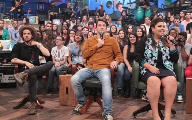 Marcelo Serrado entre Chay Suede e Fabiana Karla