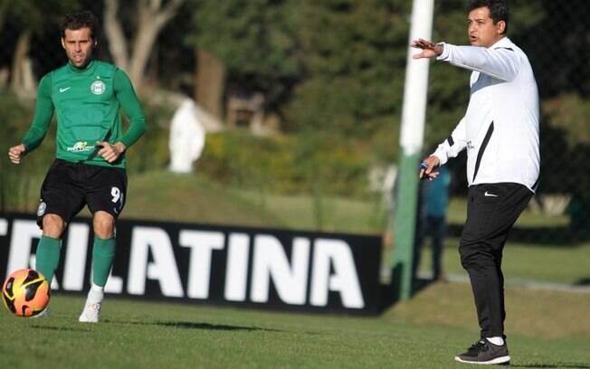 O jovem técnico Marquinhos Santos, de 34  anos, orienta o atacante Lincoln no treino do  Coritiba