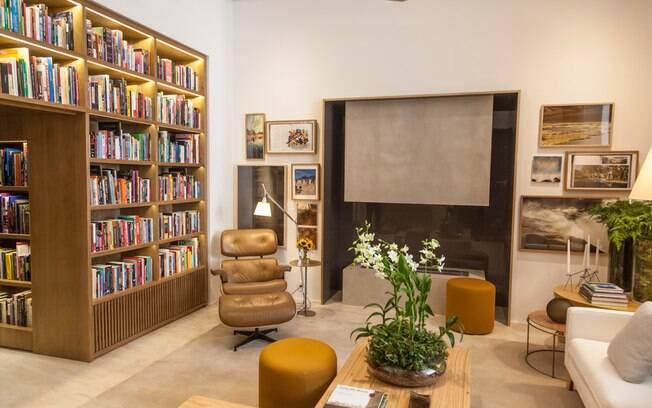 Para arrematar a ambientação, Bruno Gap transformou livros abertos e fechados em quadros e os posicionou de modo estratégico pelo espaço