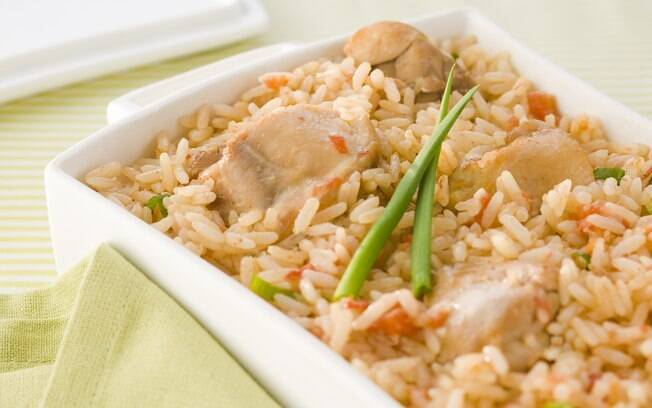 O arroz com frango é gostoso e fácil de fazer
