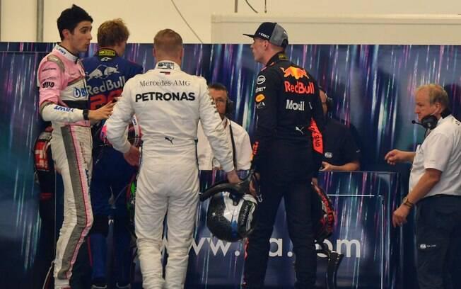 Max Verstappen, à direita, discutiu e empurrou Esteban Ocon, à esquerda, após choque dos dois durante o GP do Brasil de F1