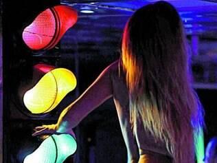 Plano.   Mulheres dançam de forma provocante para atrair alunos