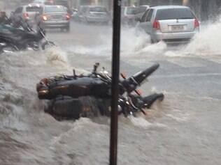 Chuva alaga avenidas de Pará de Minas e derruba motos