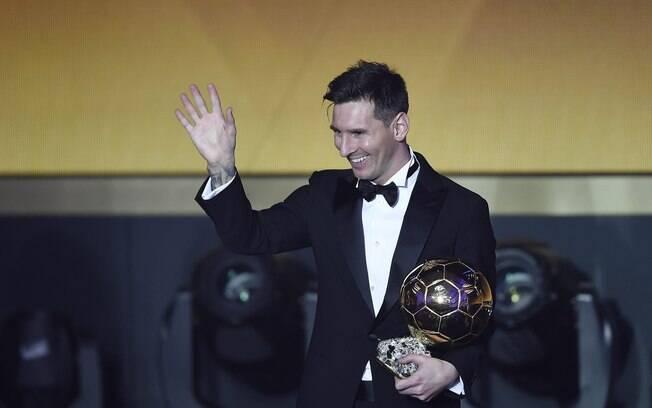 O argentino Lionel Messi ganha a Bola de Ouro pela quinta vez