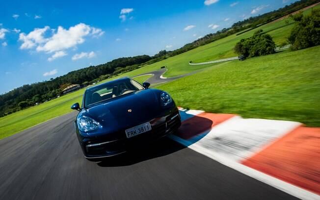 Porsche Panamera E-Hybrid dita o futuro dos carros sustentáveis da marca. Em breve, teremos o Taycan