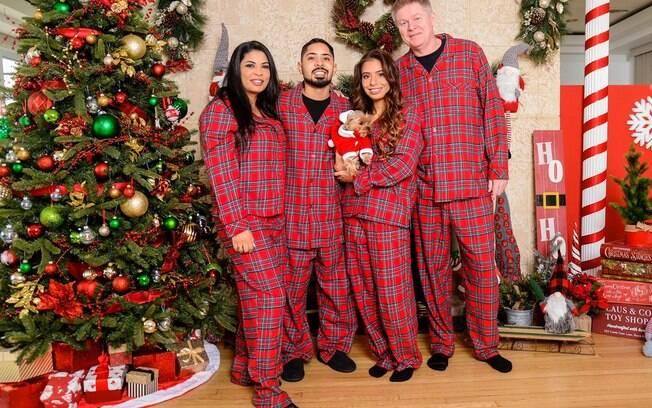 Em clima natalino, Emilia Pedersen posa ao lado da família