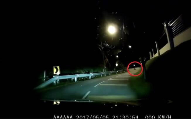 Fantasma na estrada: imagens foram gravadas à noite em uma rua da capital da Malásia, Kuala Lumpur
