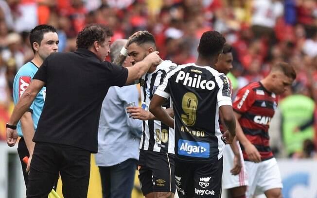 Cuca. Gabigol e outro jogadores não sabem se permanecem na Vila Belmiro em 2019.