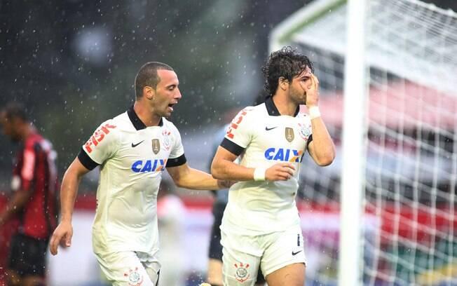 Pato marcou o primeiro gol do Corinthians em  Curitiba contra o Atlético-PT