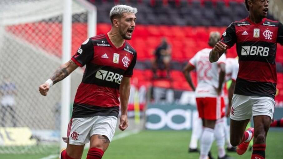 Flamengo vence o Internacional de virada e fica a uma vitória do título