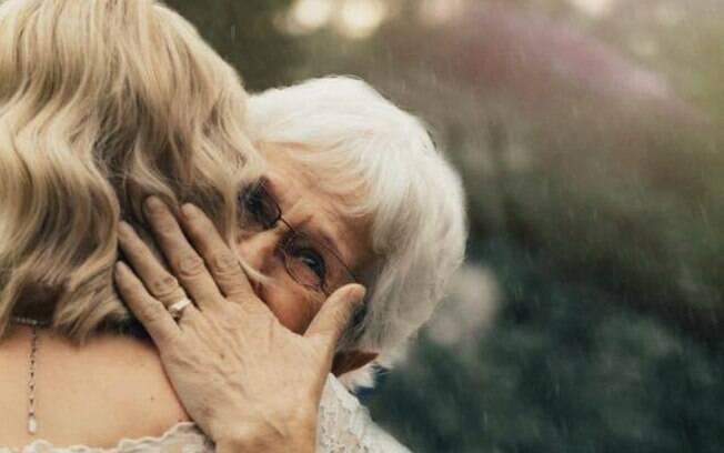 Noiva Jordyn Jensen abraça a avó Penny Jensen, que usou o vestido pela primeira vez, em seu casamento, em 1962