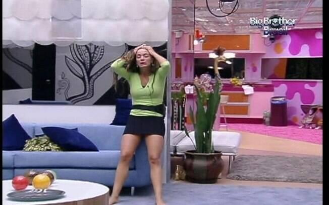 Solitária, a moça canta, dança e também chora