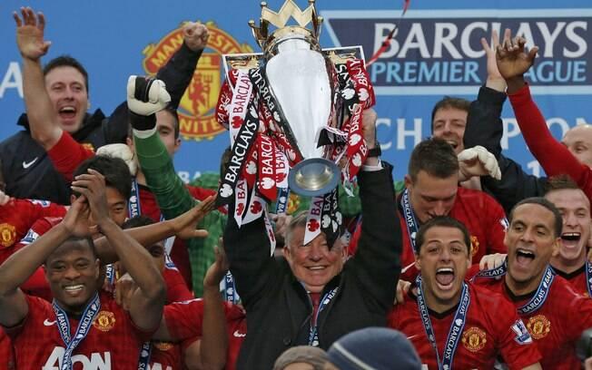 Alex Ferguson levanta o troféu de campeão  inglês, seu último título com o Manchester United