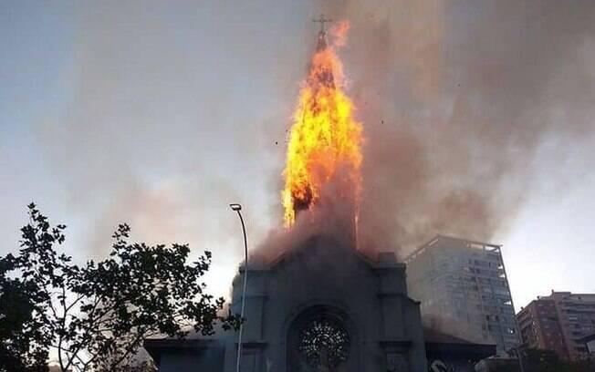 Igreja foi incendiada durante protesto em Santiago