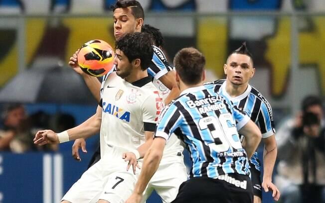 eca670ff7a Alexandre Pato tenta passar pela marcação gremista no jogo das quartas de  final da Copa do