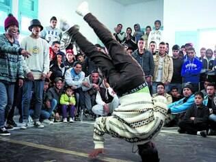 Dança. Jovem tunisiano faz performance numa rua da pequena Ben Aoun, cidade da Tunísia, que quer modificar a velha mentalidade e instaurar o novo