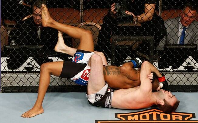 Jacob Volkmann (parte inferior) tenta  imobilizar Bobby Green durante luta de peso leve