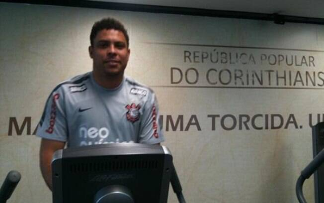 Ronaldo faz exercícios na academia do CT