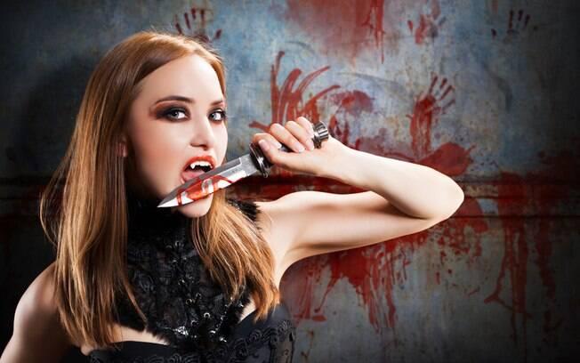 Você pode improvisar uma fantasia de vampira com uma lingerie preta e vermelha