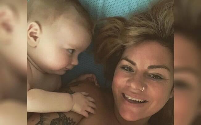 Blogueira australiana faz desabafo sobre como a maternidade tem tido consequências negativas no seu relacionamento