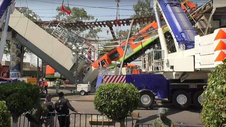 Um trecho de via elevada e alguns vagões da linha 12 do metrô desabaram na noite de segunda-feira na capital mexicana