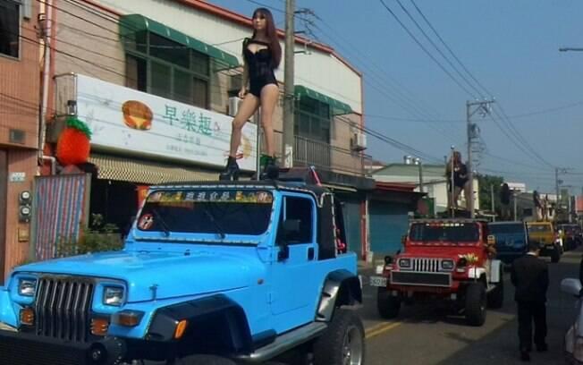 Carreata com 50 dançarinas marca o funeral de político em cidade de Taiwan nesta semana, sendo destaque da mídia