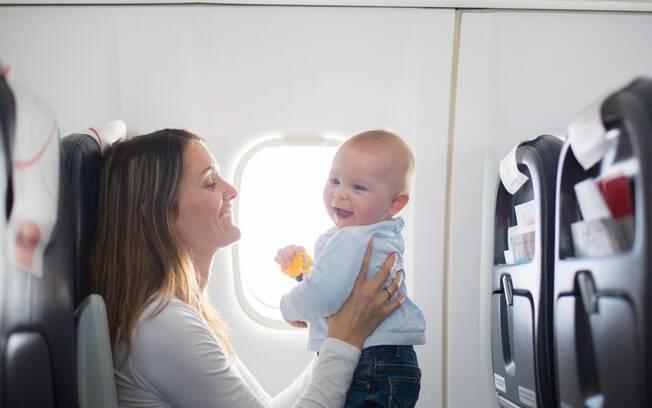 Em voos longos, pais aproveitam para trocar a fralda do bebê no próprio assento na viagem de avião. Tome cuidado