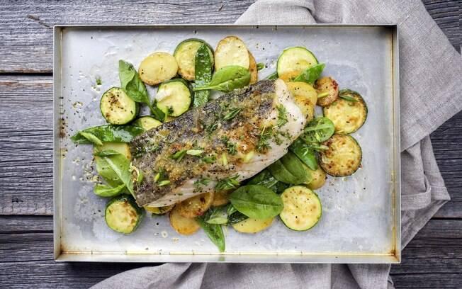 A receita do peixe assado com legumes e molho de ervas promete ser mais leve, porém sem deixar a desejar no sabor.