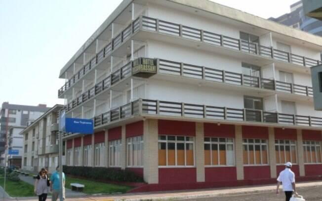 Fachada do hotel que ocorreu o acidente; criança caiu do terceiro andar, quase sete metros