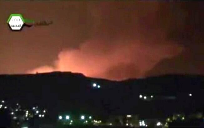Reprodução de vídeo mostra fumaça e fogo no céu sobre Damasco na madrugada deste domingo (05/05)