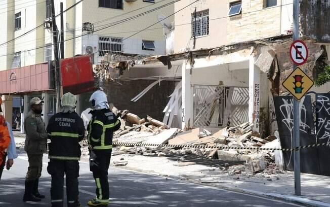 Bombeiros trabalham para retirar moradores presos após desmoronamento