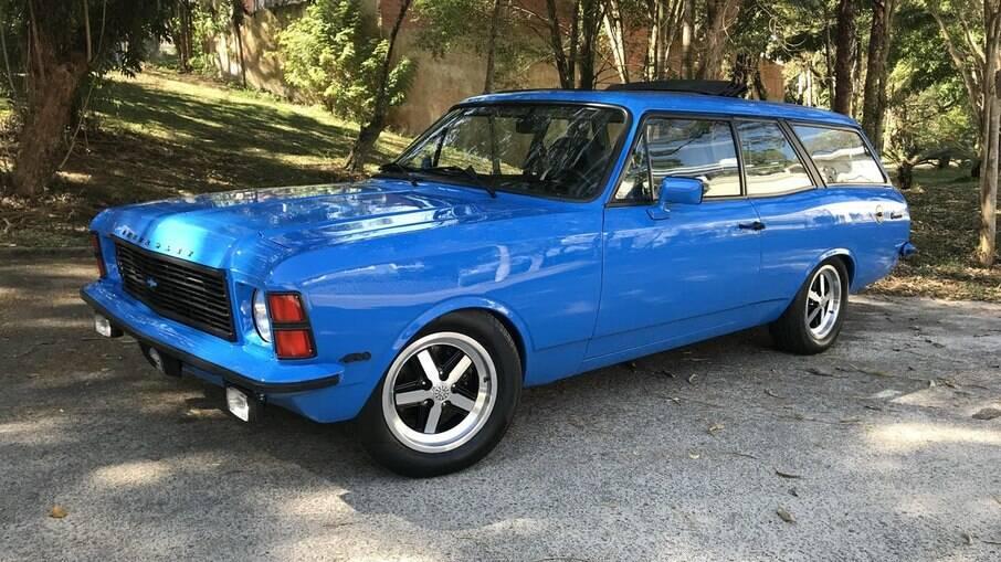 Caravan 1976 traz elementos de customizaação da época, tais como as rodas Cruz de Malta, espelhos BMW, toca-fitas...