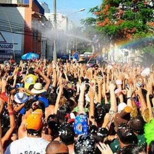 Uso de carro-pipa por blocos provoca debate no Rio