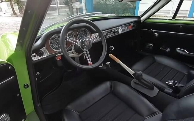 Interior proporciona uma ergonomia voltada ao condutor, para ressaltar o manejo esportivo