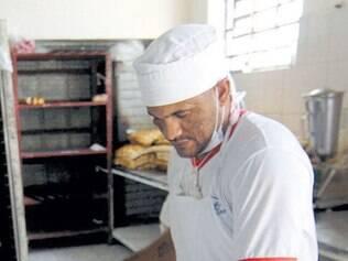 """Trabalho.Cristiano Roger Moura, 30, está preso há quatro anos por tráfico de drogas e há três meses trabalha na padaria da penitenciária. """"O emprego ajuda muito, ocupa a mente"""", diz."""