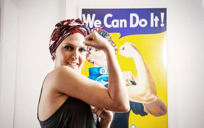 'We Can do It' (Nós podemos!): A luta de Flavia Flores contra o câncer de mama tem como arma os pincéis de maquiagem, cílios postiços e outros embelezadores. Foto: Edu Cesar