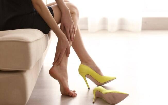 Tirar o salto alto pode ser uma alternativa sim, principalmente porque é possível manter a elegância com sapatos baixos