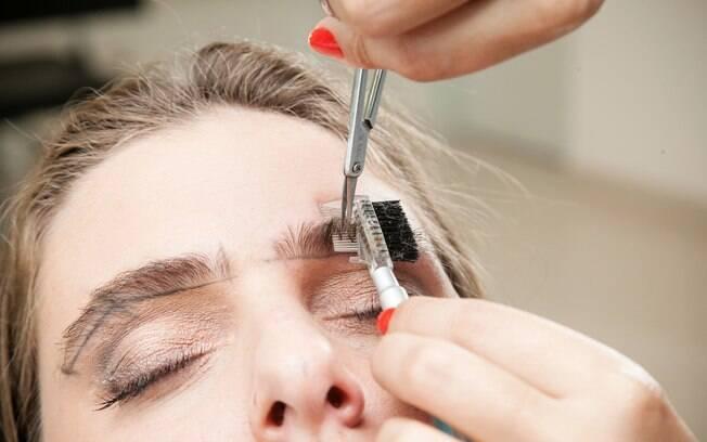 Trabalho para profissionais: Luana Machado riscou as sobrancelhas de Julia, aparou e depilou os pelos em excesso