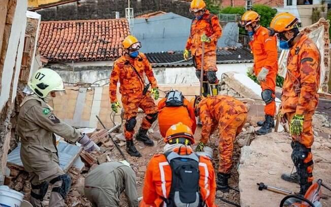 Trabalhos dos bombeiros aconteceram até que a última vítima fosse retirada dos escombros