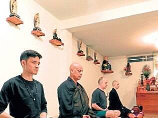 Sentados.Thiago Kamon, o monge Mokugen-san, abade do Templo Zen das Alterosas, Leonardo Meirelles e o noviço Raphael Campos
