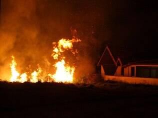 CIDADES : BELO HORIZONTE - fogo no bairro Vila da Serra , Rua Coronel Olipio de Freitas Costa FOTO : JOAO GODINHO / O TEMPO 19.10.2014