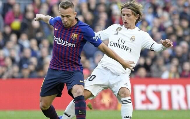 Arthur disputa jogada com Modric, eleito melhor jogador do mundo em 2018