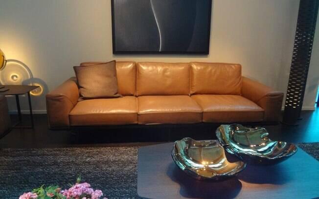 Com toque inigualável, o revestimento em couro também traz mais charme e durabilidade ao sofá