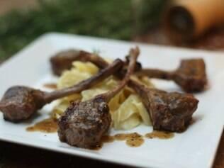No D'Artagnan, o cordeiro é servido em costeletas pequenas e delicadas