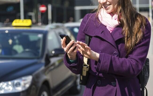 Ao pedir um táxi por aplicativo, é importante ter alguns cuidados como verificar o nome do motorista e a placa do carro