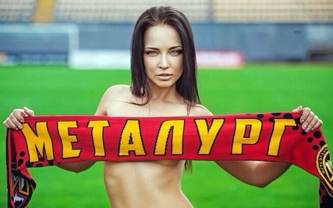 Angelina Petrova é torcedora fanática do Metalurg Zaporizhya, time da Ucrânia, e tirou a roupa para ajudar