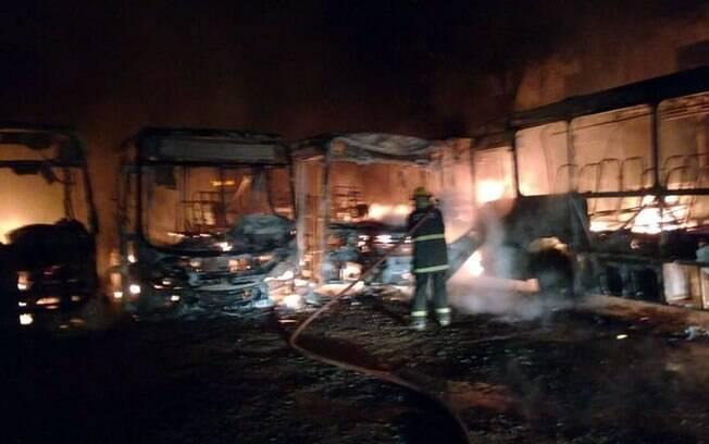 Na cidade de Guaxupé, no sul de Minas Gerais, seis ônibus foram incendiados na garagem da companhia
