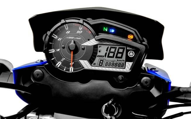 O painel de instrumentos da Yamaha XTZ 150 Crosser mistura o belo conta-giros analógico com o velocímetro digital