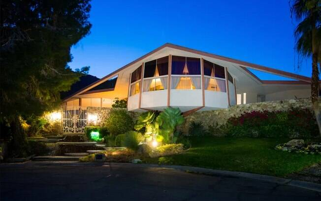 A casa fica em Palm Springs, Califórnia, e abrigou Elvis Presley e Priscilla Presley após o casamento dos dois